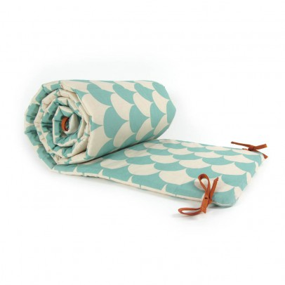 bettumrandung schuppenmuster blau nobodinoz design baby. Black Bedroom Furniture Sets. Home Design Ideas