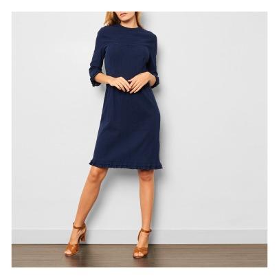 Blaues kleid mit goldenen schuhen